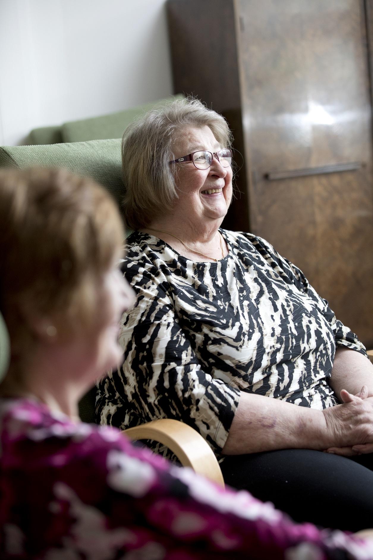 Senioripysäkin keskustelyryhmäläisiä keskustelemassa