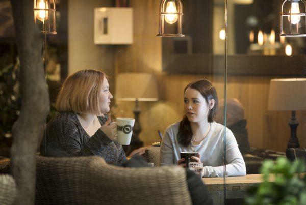 Nuori ja vapaaehtoinen kahvilla