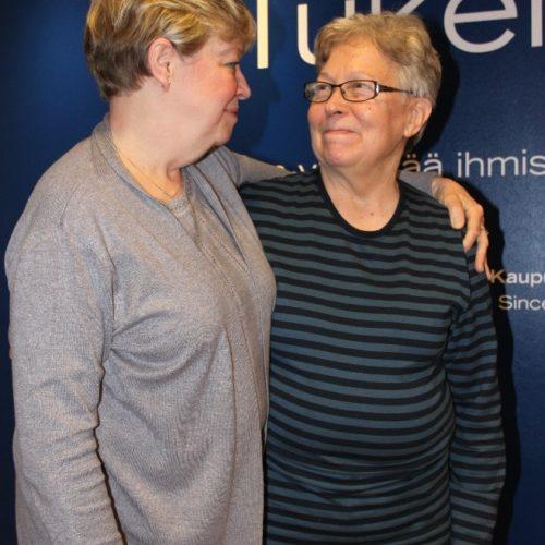 Turun Kaupunkilähetys ry Senioripysäkin IKÄTUKI tukihenkilötoiminnan tukipari tervehtivät toisiaan